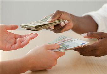 Uma pessoa que trabalha  numa loja de roupas e venda a calça que você usa agora, está recebendo seu salário em cima da prestação do cartão de crédito que você resmunga ao pagar. Imagina se esta vendedora fosse você? Não gostaria de receber este dinheiro com uma boa vibração?